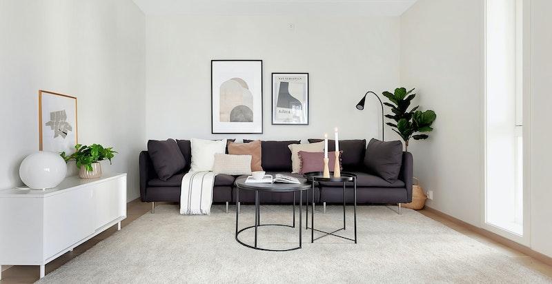 Romslig stue med plass til stor sofagruppe