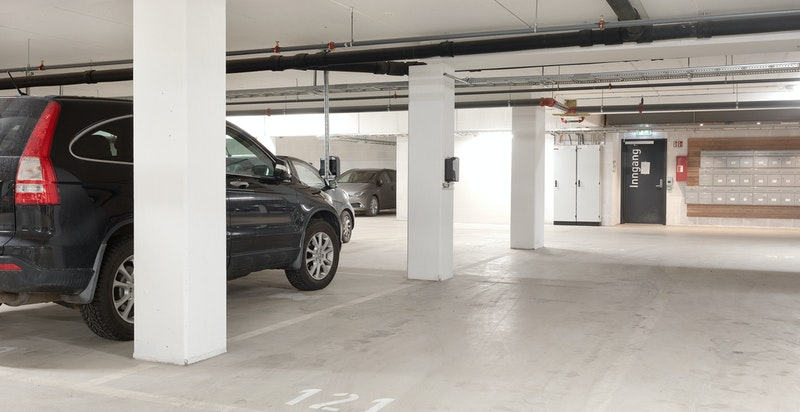 Det medfølger en parkeringsplass i garasjekjeller