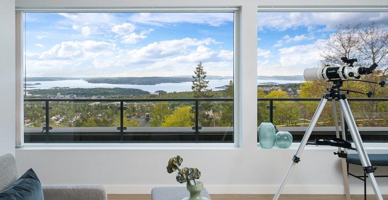 """Utsikt fra stuen, og utgang til """"takterrasse"""""""