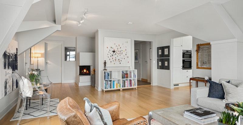 Lys og trivelig stue med god plass til fleksibel møblering