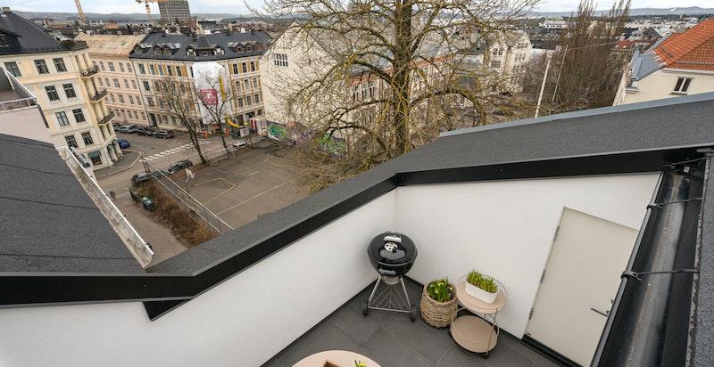 Terrasse med gode sol- og utsiktsforhold.