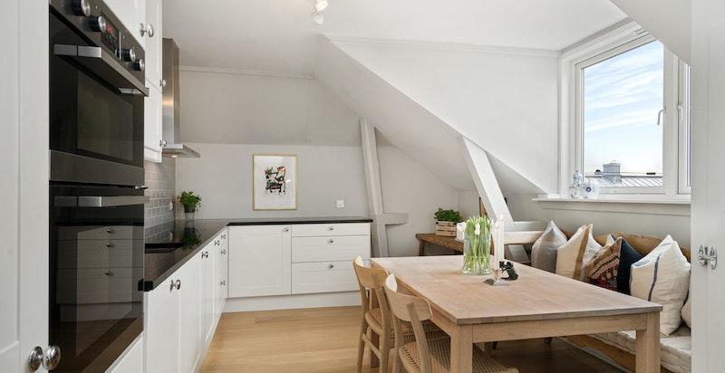Nytt kjøkken fra IKEA i 2011 utstyrt med integrert stekeovn, oppvaskmaskin og kjøl/frys