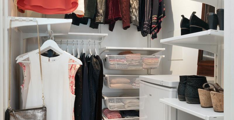 Omkledningsrom med tilpasset garderobeløsning