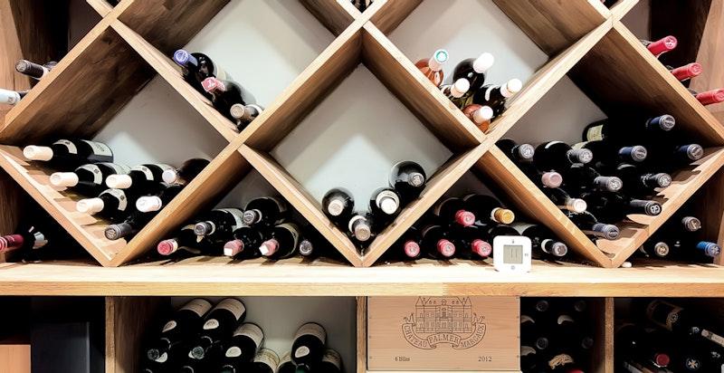 Lekkert vinrom med kjøling, plassbygde hyller for 4-500 flasker