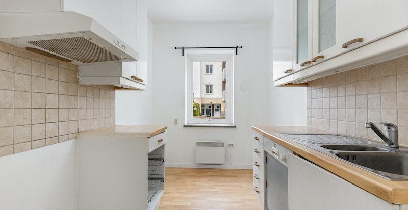 Adskilt kjøkken med eldre innredning.