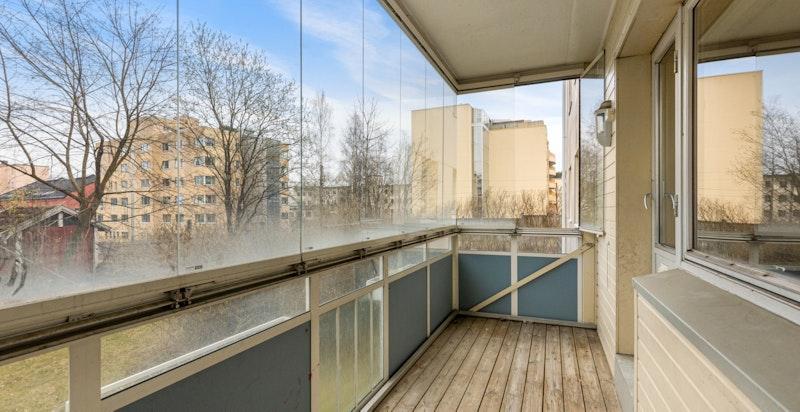 Innglasset balkong på 7 kvm med plass til utemøblement og grill. Balkongen vender mot sydøst.
