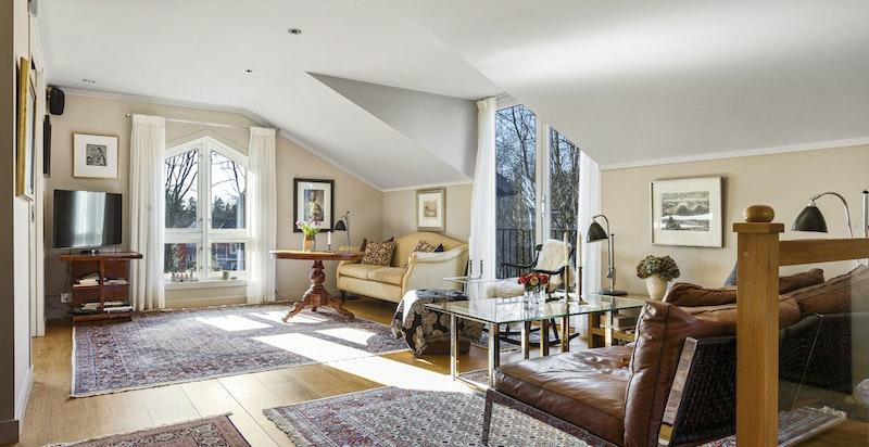 Romslig loftstue med lysvennlig ark og flott utsikt over hagen
