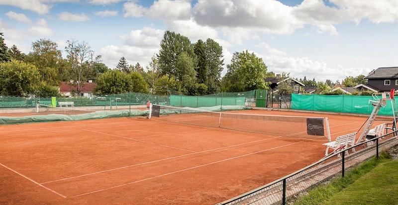 Holmenkollen tennisklubb - noen hundre meter bortenfor, ved Holmen Skole