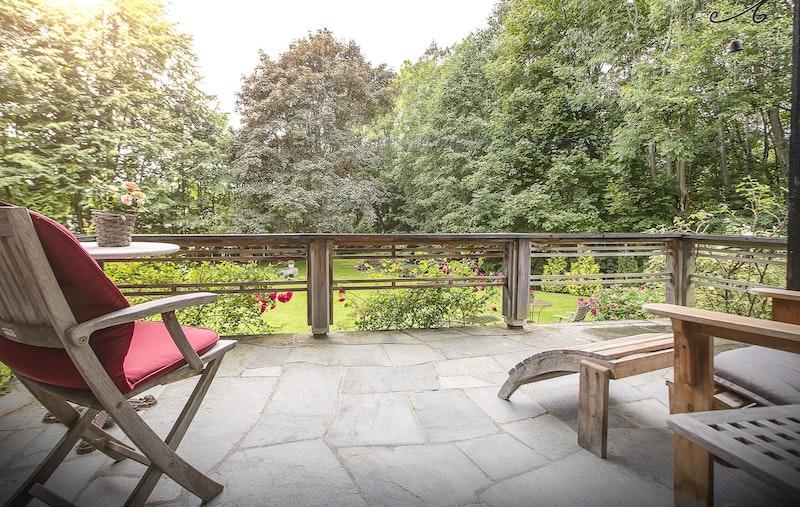 Solrik terrasse mot sydvest - en herlig grønn oase usjenert og godt tilbaketrukket fra gaten