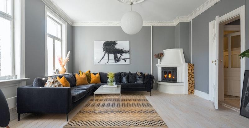 Romslig og innredningsvennlig stue med fine lysflater og hjørnepeis.