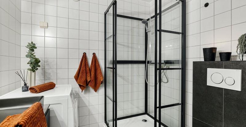 Badet ble oppgradert i 2019 med nye fliser på gulv, ny sevant innredning, dusj og nytt klosett.