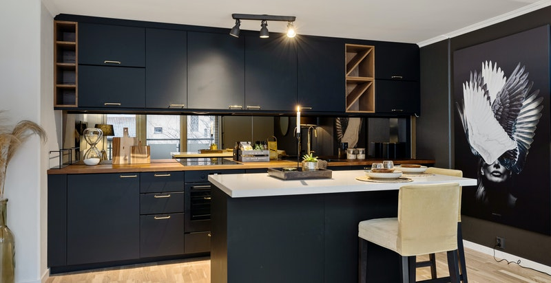Frittstående kjøkkenøy som kan flyttes på for å få plass til spisebord.