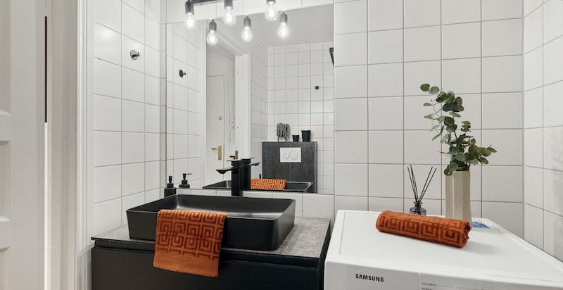 Romslig baderom med god plass til vaskemaskin.