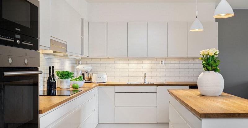 Moderne kjøkken fra Sigdal med integrerte hvitevarer og praktisk kjøkkenøy