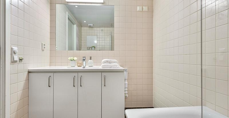 Bad 2 med badekar og opplegg for vaskemaskin/tørketrommel