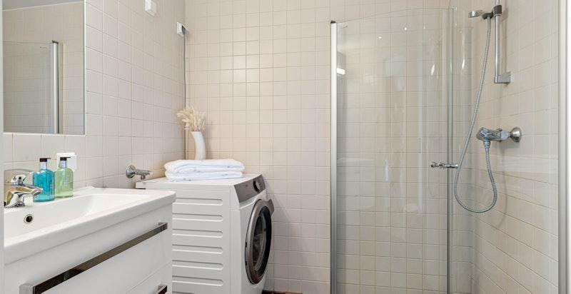 Bad tilknyttet hovedsoverom. Det er opplegg for vaskemaskin/tørketrommel både her og på det andre badet i leiligheten.