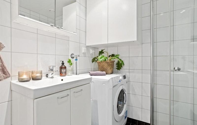 Flislagt bad med dusj, wc og vaskemaskin.