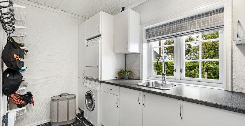 Romslig vaskerom med gode oppbevaringsløsninger