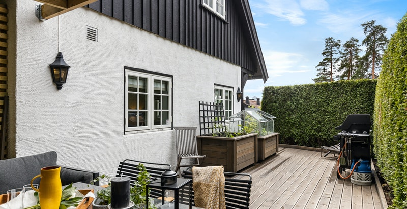 Stor og terrassert uteplass med adkomst fra stue. Egne bed/drivhus til krydderhage.