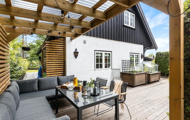 Stor og terrassert uteplass med adkomst fra stue