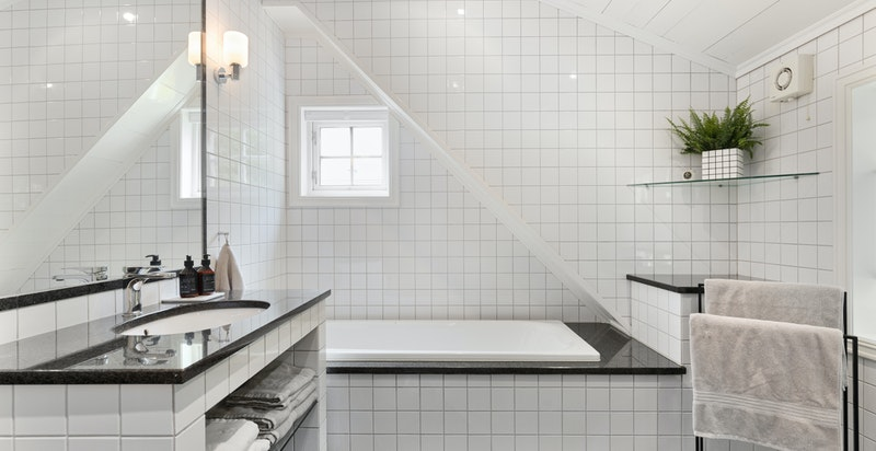 Delikat og stort bad med innmurt badekar, dusjnisje og wc