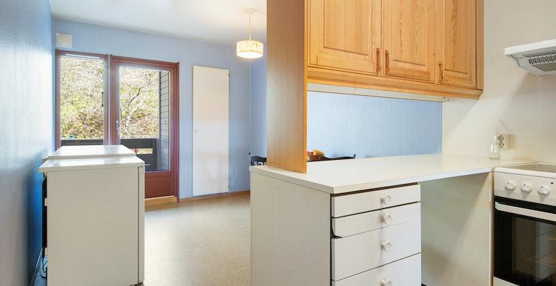 Kjøkkenet har en raus størrelse og godt med spiseplass.