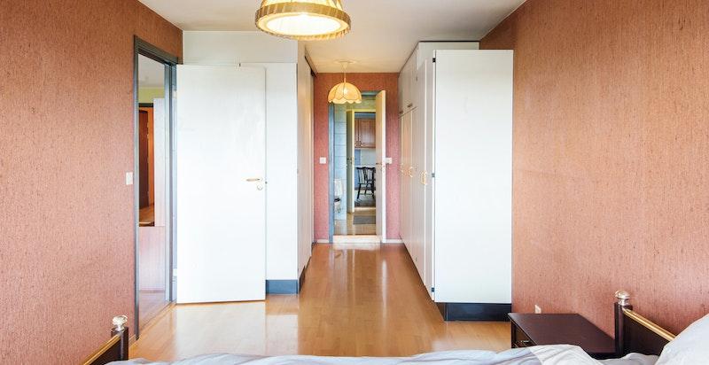 Fra hovedsoverommet har du inngang til baderommet.