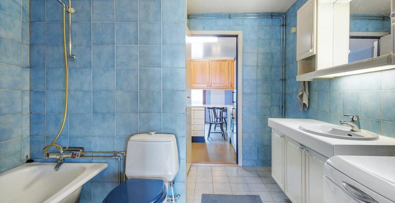 Leiligheten har idag to baderom hvor det ene er av svært generøs størrelse og har badekar.
