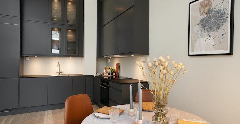 Lekkert kjøkken med mørke fronter fra Sigdal. Godt utnyttet med doble overskap.