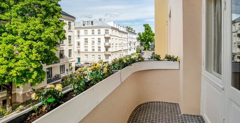 Fra den hyggelige balkongen mot gatesiden