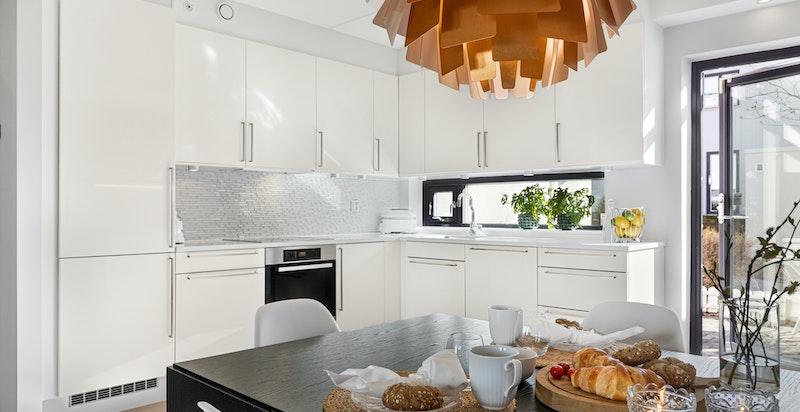 Lyst og innbydende kjøkken med hvitevarer av god kvalitet