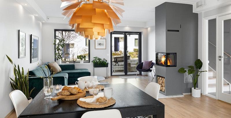 Stue sett fra kjøkkenet. Rommet åpnes opp til uteplassene i begge endrer og gir en herlig ute / inne følelse