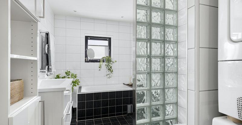 Badet i tilknytning til soverommene har dusjnisje, badekar og opplegg for vaskesøyle
