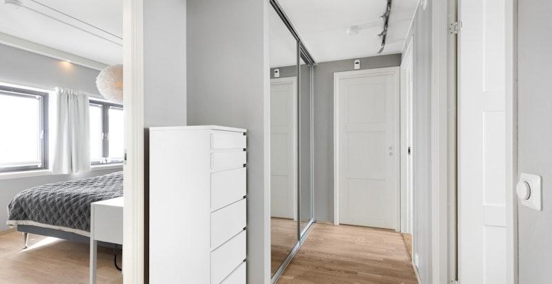 I enden av soveromsgangen er det en praktisk bod med fastmontert skapinnredning