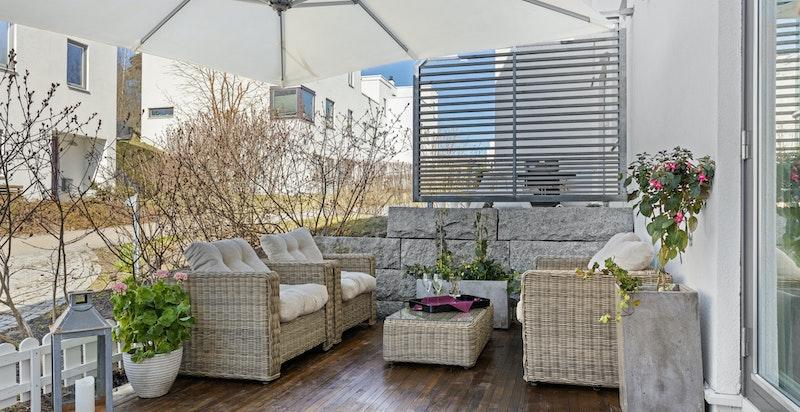 Fantastisk hyggelig uteplass med ettermiddag- og kveldssol ut fra stue