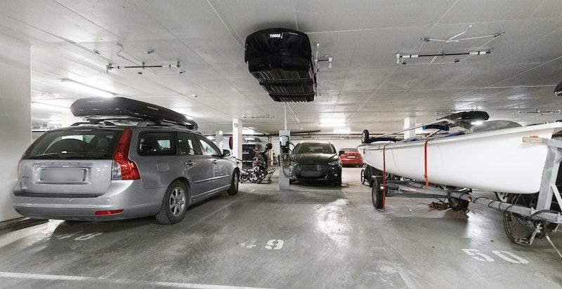 Det medfølger en garasjeplass i oppvarmet garasjeanlegg med oppheng for takboks og elbil-lader