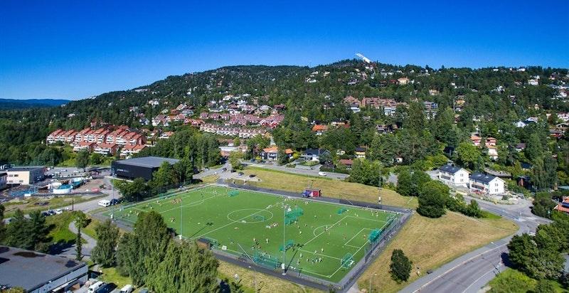 Idrettsanlegg og Voksen skole ligger også rett ved boligen
