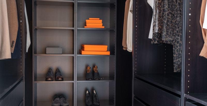 Mye plass til lagring av klær.
