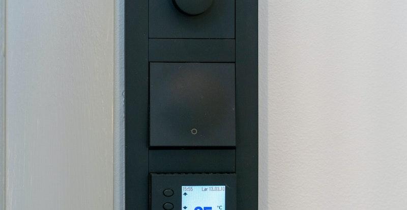 ELKO Plus dimmere, brytere og termostater i hele leiligheten. Varmefolie i gulv i alle rom med unntak av soverom.