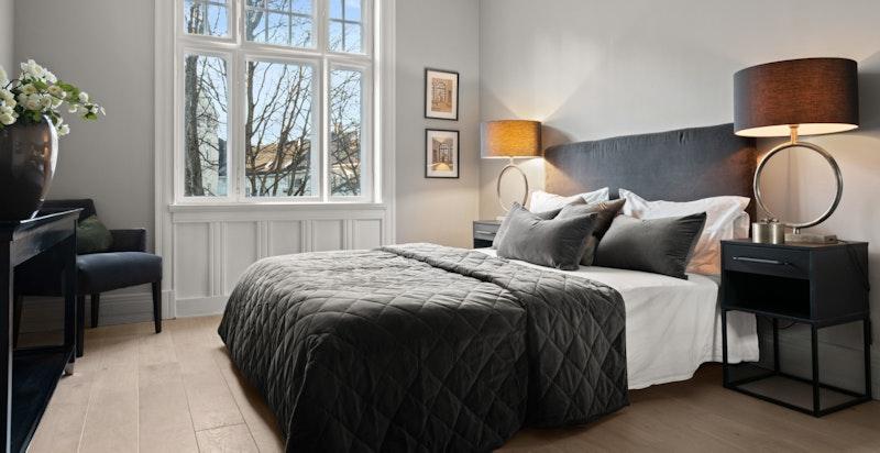 Stort hovedsoverom med god plass til dobbeltseng, nattbord, kommoder og mer.