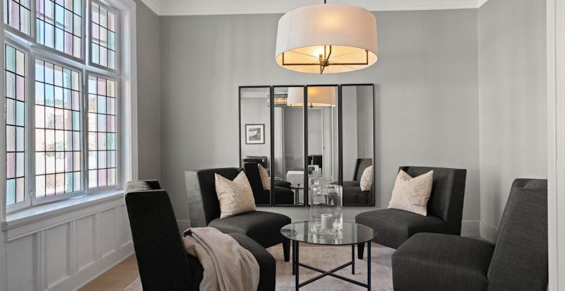 Stue/soverom med god plass til møblement.