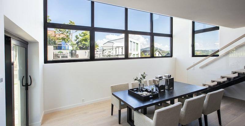 Spiseplass med spesielt store vinduer og en takhøyde utenom det vanlige