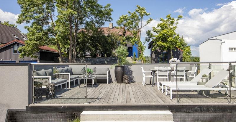 Stor, solrik terrasse over romslig garasje (31 m²)