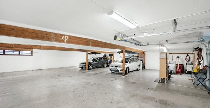 Det medfølger 1 stk garasjeplass i felles garasjeannlegg