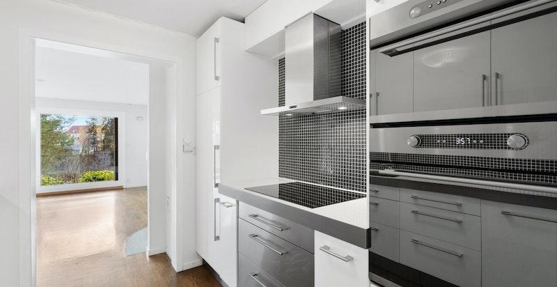 Godt med skap- og benkeplass på kjøkken