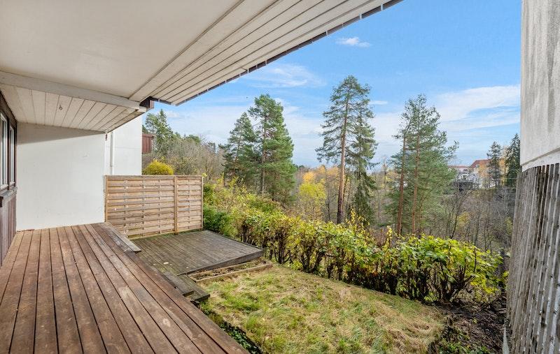 Stor og skjermet terrasse og egen hage