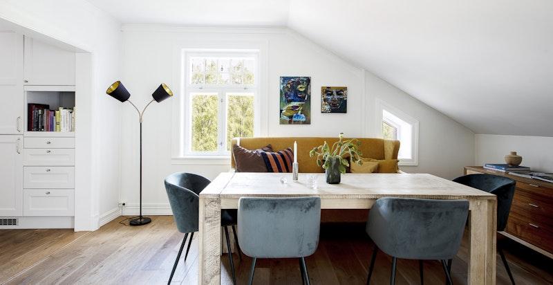 Spisestue mellom stue og kjøkken. Det er heltre eikegulv gjennomgående i leiligheten.