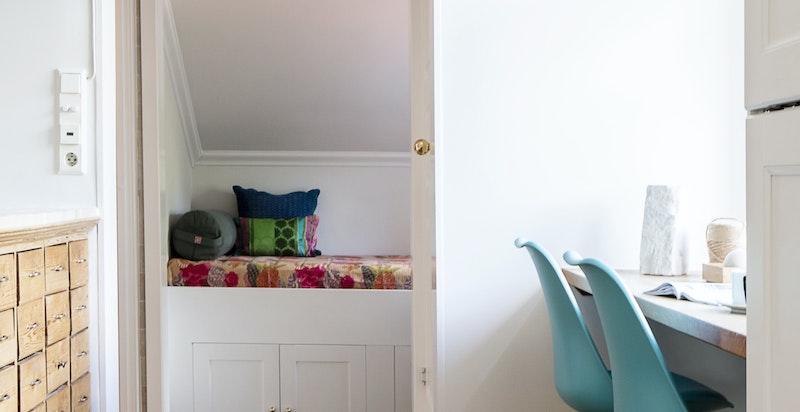 Fra kjøkken mot bad, vaskeavdeling og et lite bonus-rom