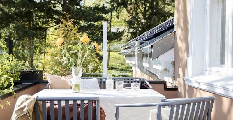 Terrassen har plass til flere sittegrupper. Fullstendig renovert i 2020 med nytt sluk, ny membran og italienske fliser fra Fired Earth.
