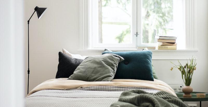 Soverom 2 er også av svært god størrelse. Plass til både dobbeltseng og arbeidskrok.